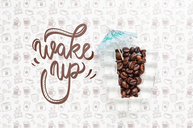 Creatieve achtergrond met koffieglas