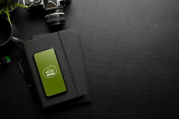 Creatieve platliggende werkruimte met camerabriefpapier voor smartphones