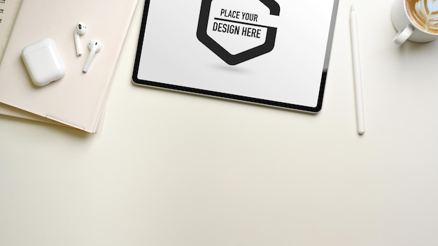 Creatieve platliggende werkruimte met mockup voor digitale tablet, notebooks en accessoires, bovenaanzicht