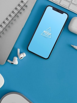 Creatieve platliggende werkruimte met smartphonemodel