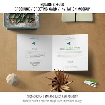 Creatieve vierkante bi-vouw brochure of wenskaart mockup van bovenaf
