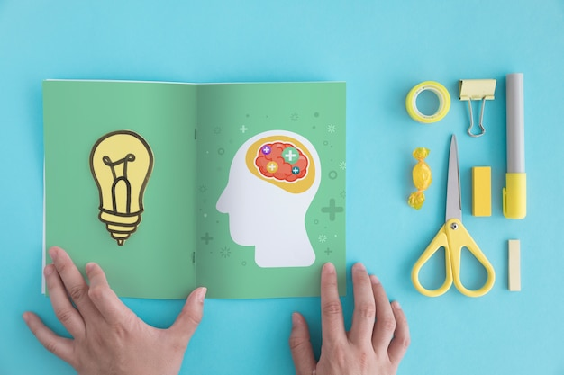 Creativiteitconcept met open brochure