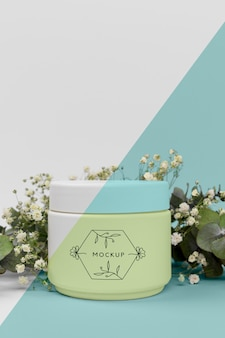 Crema de productos de belleza con maqueta de plantas
