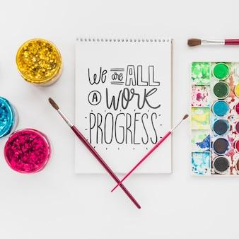 Cuaderno para dibujar y herramientas para trabajos de arte.