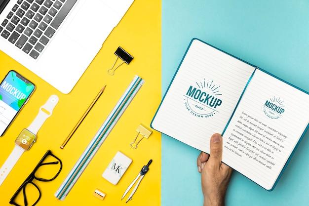 Cuaderno de explotación de mano de primer plano