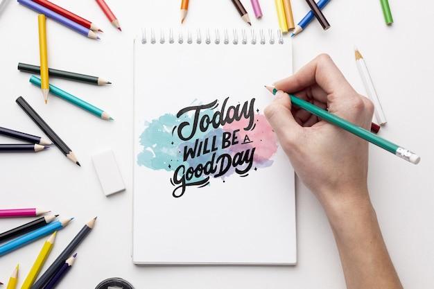 Cuaderno maqueta con crayones
