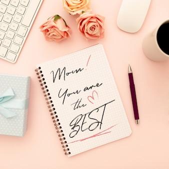 Cuaderno de maqueta del día de la madre con rosas.
