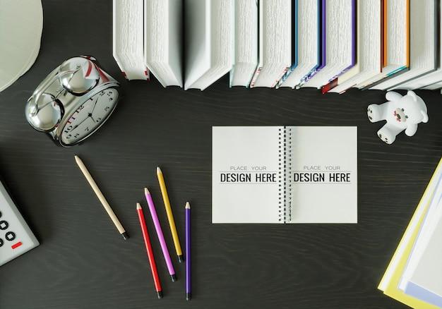 Cuaderno con maqueta de espacio de trabajo