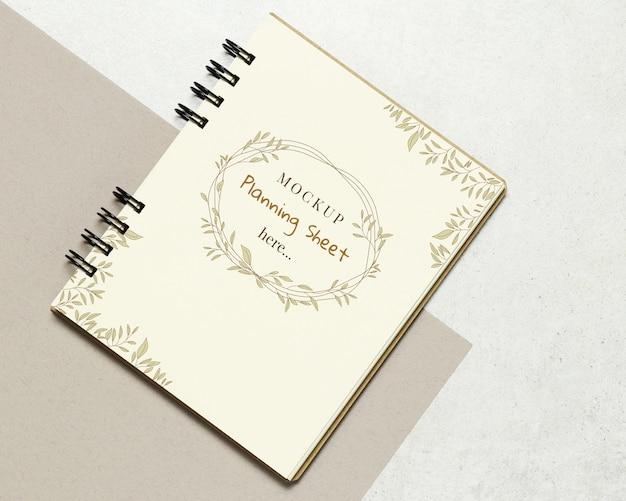 Cuaderno de la maqueta de papel sobre fondo de piedra