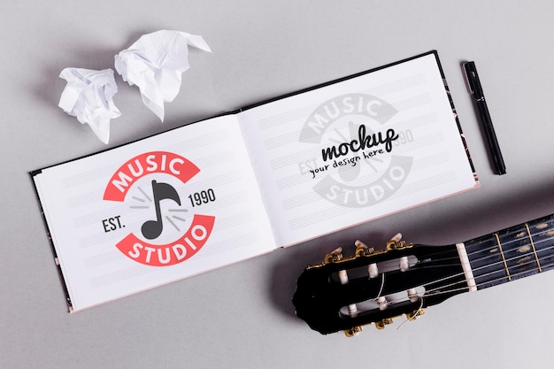 Cuaderno musical abierto con guitarra