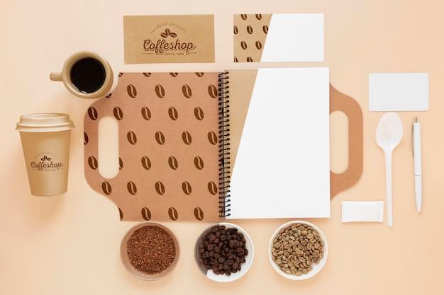 Cuaderno de vista superior y granos de café