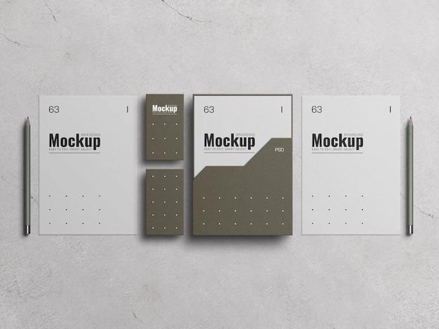Cubierta de archivo de papel a4 con maqueta de tarjeta de visita