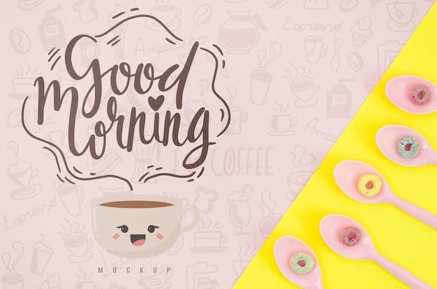 Cucharas con cereales coloridos y mensaje de buenos días