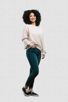 Cuerpo completo mujer joven de pie y feliz.