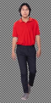Cuerpo de cuerpo entero de los años 20, hombre asiático, pelo negro, camisa polo roja, pantalón, zapatillas, perfil de pie. varón joven caminando hacia y gire a la izquierda hacia atrás sobre fondo blanco aislado