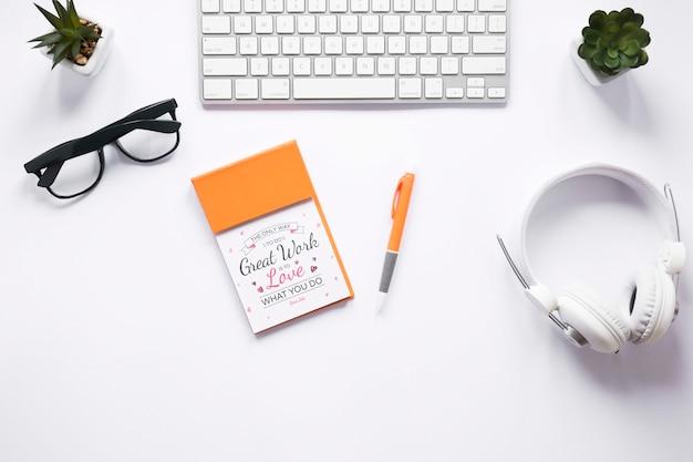 Cuffie tastiera e notebook mock-up