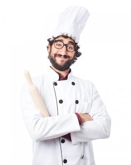 Cuoco sorridente con un rullo