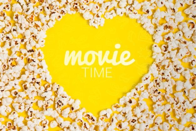 Cuore vista dall'alto fatto di popcorn mock-up