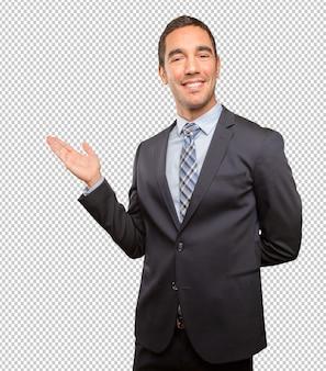 El dar la bienvenida joven feliz del hombre de negocios