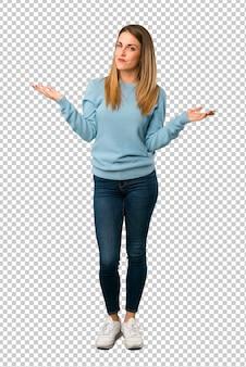 De blondevrouw met blauw overhemd is ongelukkig en gefrustreerd met iets omdat iets niet begrijpt