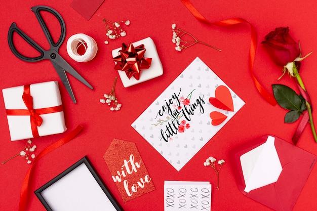 De dagconcept van de mooie valentijnskaart met rode achtergrond