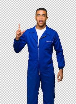 De jonge mens die van de afro amerikaanse arbeider een idee denken die de vinger benadrukken