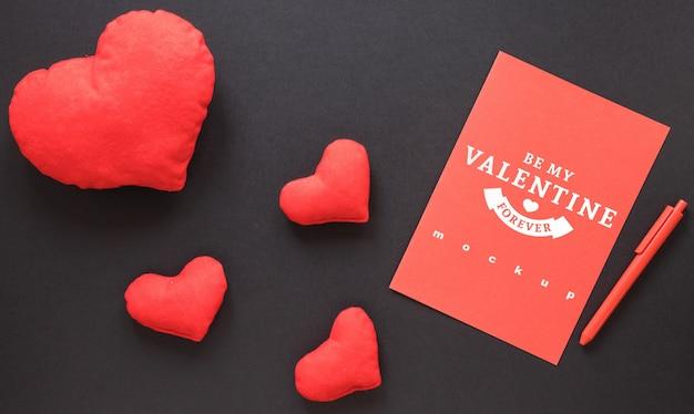 De kaartmodel van valentijnskaarten met decoratieve samenstelling