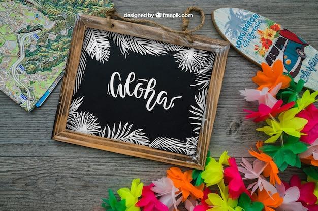 Decoración aloha con pizarra y tabla de surf