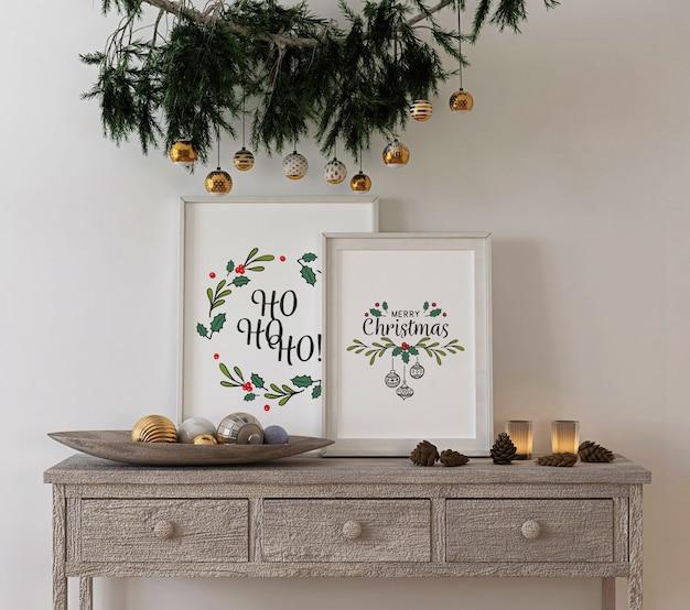 Decoración de concepto navideño con marco de póster de maqueta en la mesa de la consola