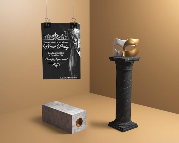 Decoración minimalista con columnas negras y máscaras.
