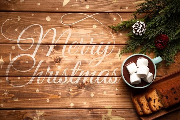 Decoración navideña y chocolate caliente con espacio de copia