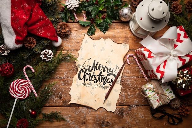Decoración navideña y dulces con maqueta de carta