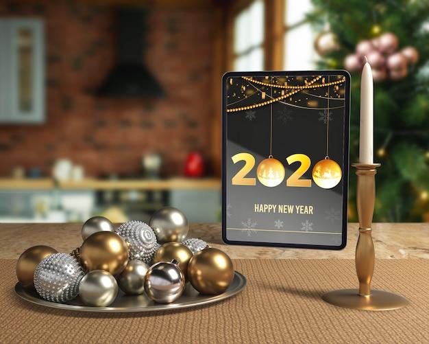 Decoraciones de noche de año nuevo junto a la tableta
