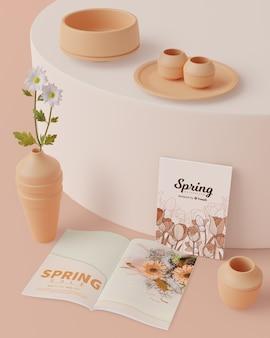 Decoraciones de primavera con tarjeta en la mesa con maqueta