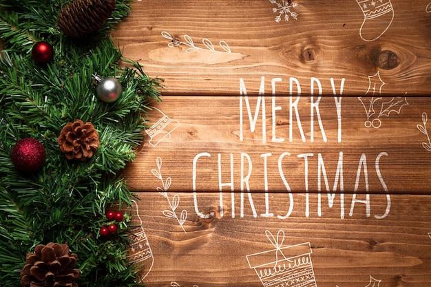 Decorazioni natalizie in pino con copia spazio