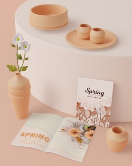 Decorazioni primaverili con carta sul tavolo con mock-up