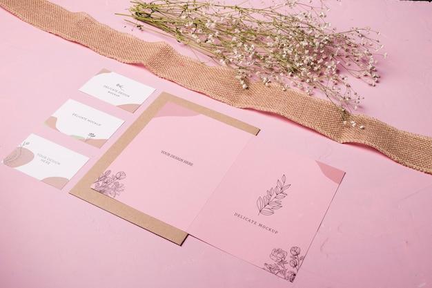 Delicato mock-up con fiori e nastro