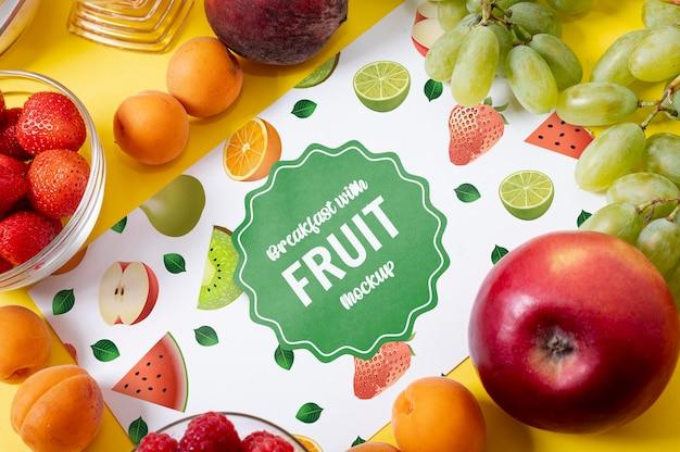 Deliciosa maqueta de impulso de energía de fruta por la mañana