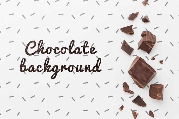 Deliciosas piezas de chocolate sobre maqueta de fondo blanco
