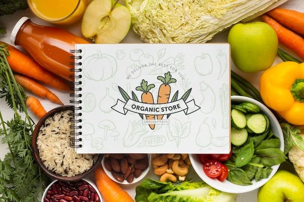 Deliciosas verduras frescas con cuaderno en la parte superior