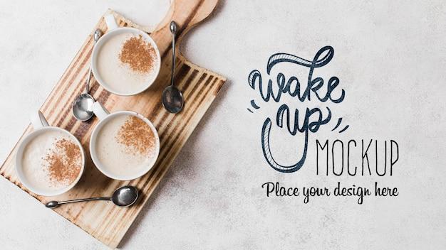 Delicioso café con leche en maqueta de tabla de cortar