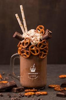 Delicioso chocolate caliente de vista frontal con pajitas comestibles