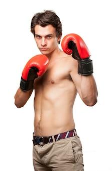 Deportista posando con guantes de boxeo