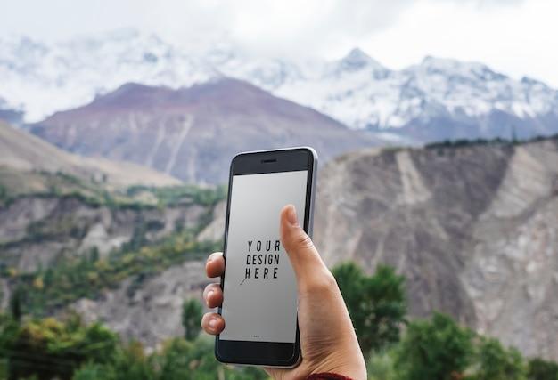 Design del mockup del telefono cellulare sulle montagne dell'himalaya