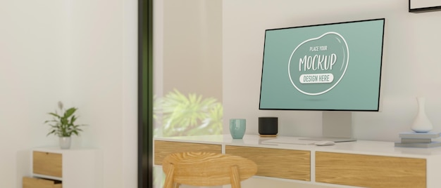 Desktopcomputer met mockup-scherm op het bureau in moderne kantoorruimte aan huis