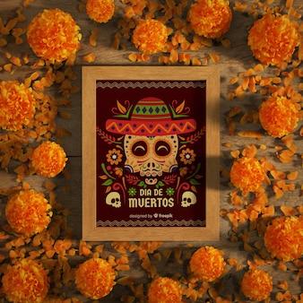Dia de muertos-schedels met sombrero en bloemen bovenaanzicht