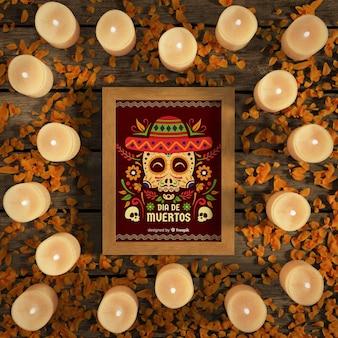 Dia de muertos-schedels met sombrero omringd door kaarsen