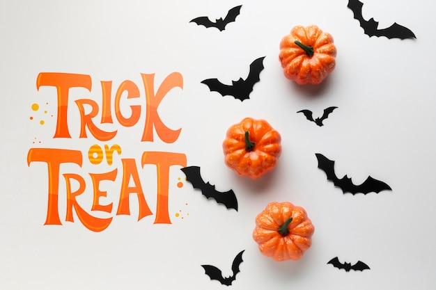 Día de halloween con murciélagos y calabazas.