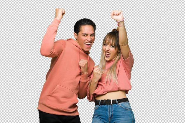 En el día de san valentín pareja joven celebrando una victoria.