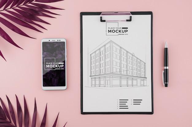 Dibujo de arquitectura de vista superior con teléfono móvil y bolígrafo